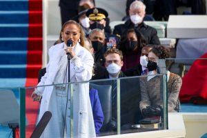 """""""Let's get loud"""": Jennifer Lopez habló en español y tuvo una brillante participación durante el juramento de Biden"""