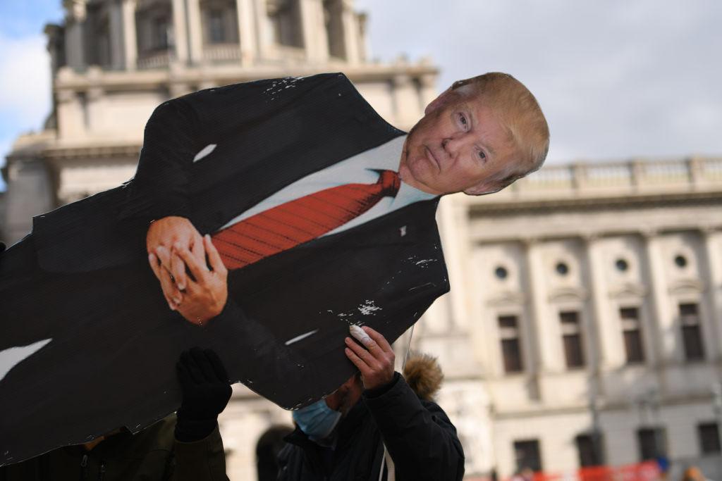 Seguidor de Trump porta un cartel con su forma ante el Capitolio