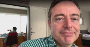 Alcalde es sorprendido sin pantalones mientras realizaba entrevista online