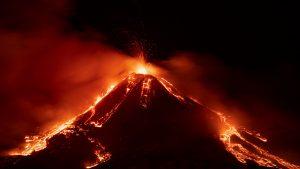 Las impresionantes imágenes que dejó la erupción del volcán Etna en Italia