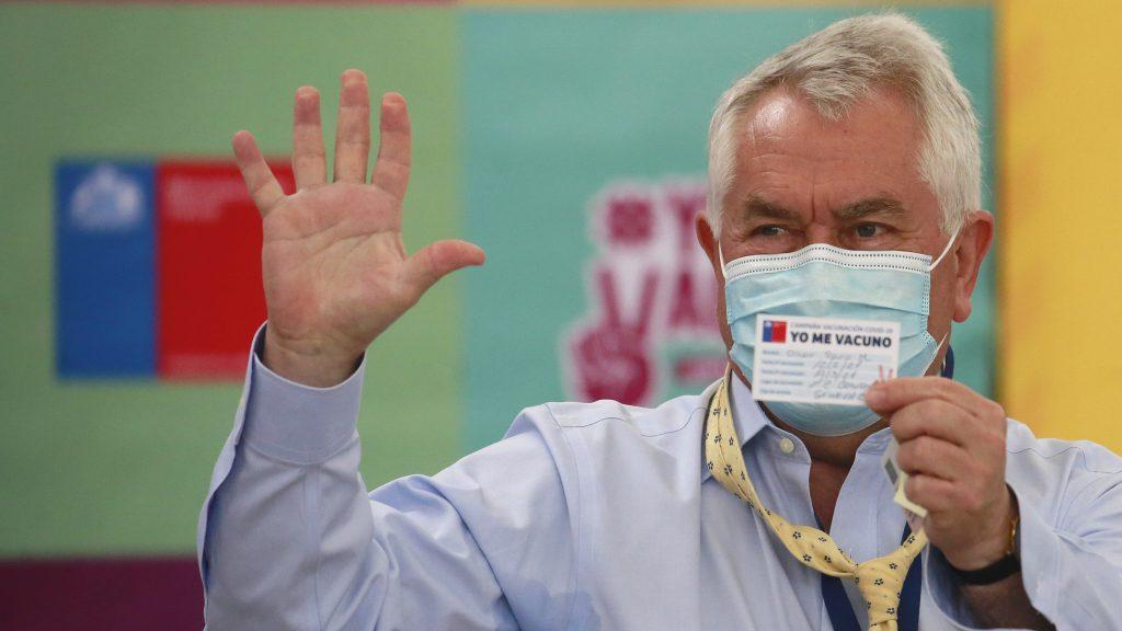 """""""Vengan con manga corta"""": El consejo del ministro Paris tras anecdótico momento durante su vacunación contra el coronavirus"""