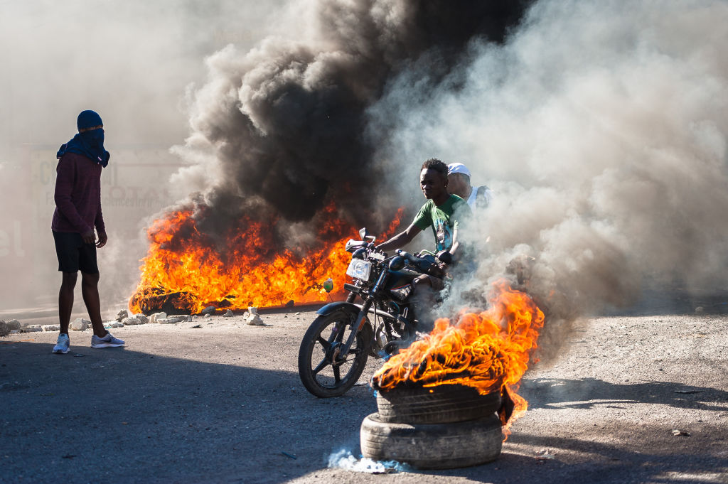 Manifestantes queman neumáticos en las calles de Haití
