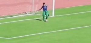 ¡Insólito! Pasapelotas ingresó a la cancha y evitó gol en la línea del equipo rival