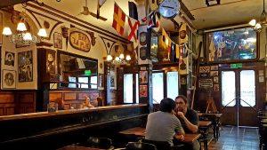 """No pudo con la pandemia: anuncian cierre del emblemático bar """"La Playa"""" de Valparaíso"""