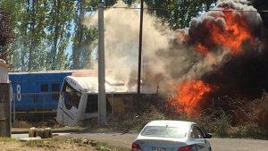 Dos personas murieron tras colisión entre bus de pasajeros y tren de carga en Cabrero