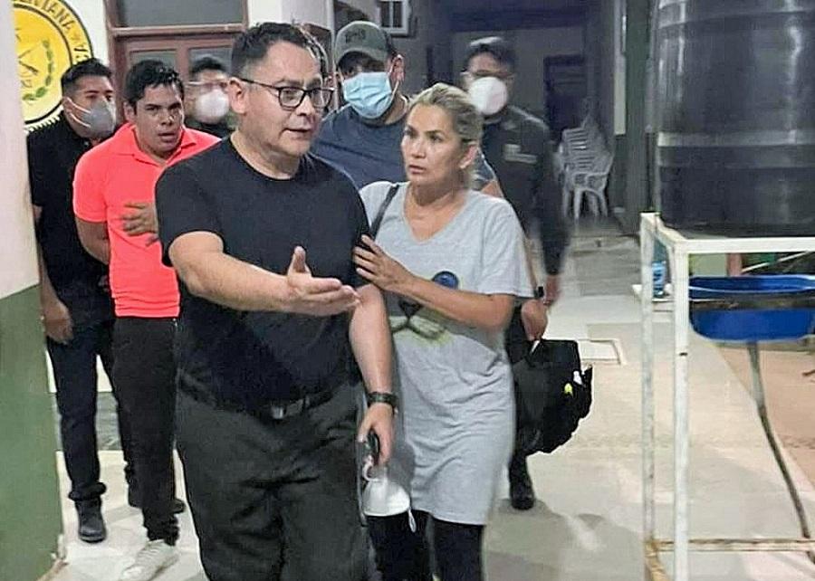 Policía conduce a la detenida exmandataria boliviana Jeanine Áñez