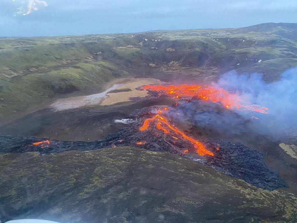 La guardia costera de Islandia captó la lava que emana de un volcán