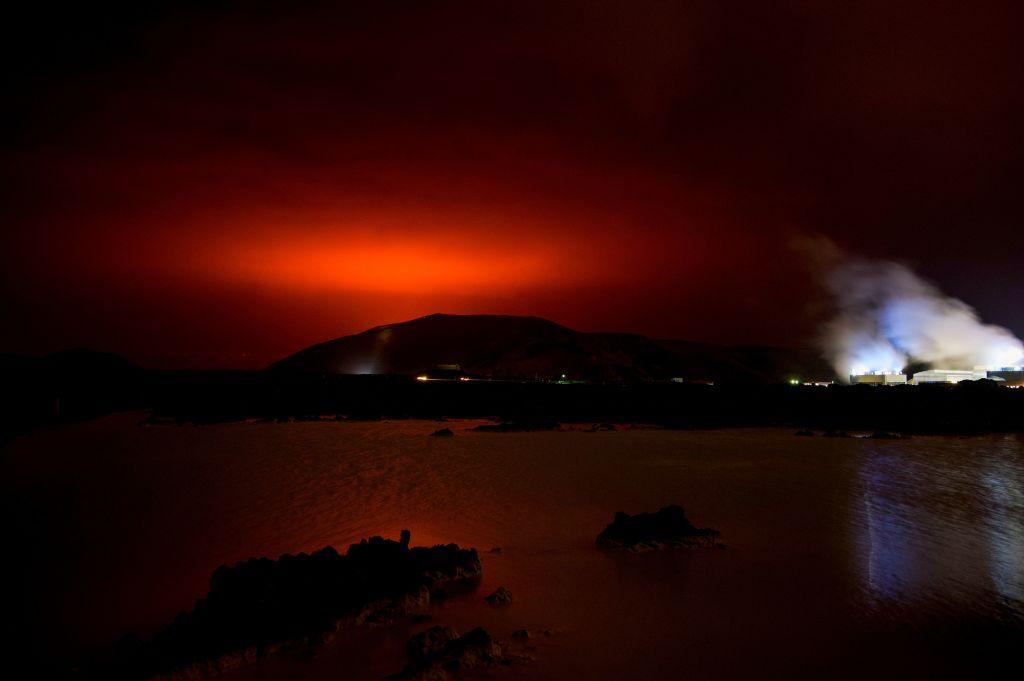 El magma que sale de Fagradalsfjall ilumina la noche en Islandia
