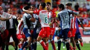 Papelón en México: Jugadores del Necaxa y Pachuca se enfrentaron a golpes en pleno encuentro