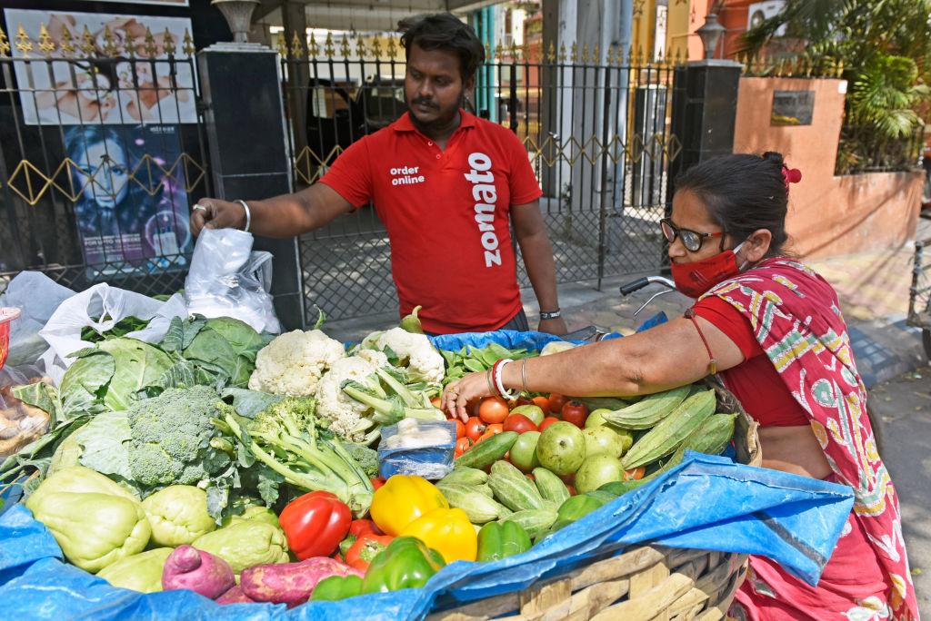 Una mujer vende vegetales en la ciudad de Calcuta