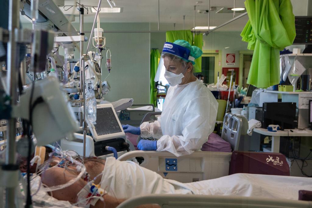 Doctora atiende a paciente Covid-19 en hospital de Lodi