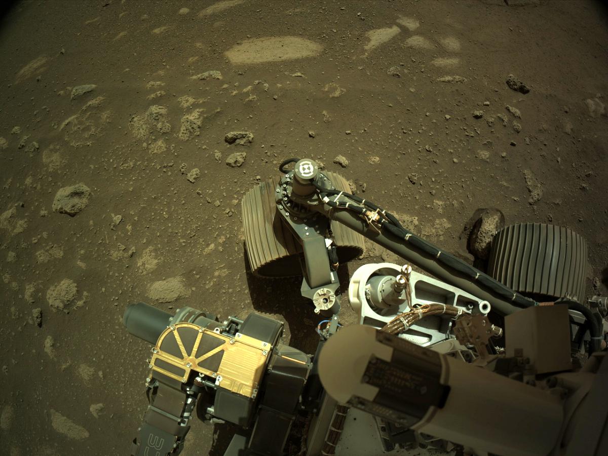 El rover Perseverance toma una imagen de su labor sobre Marte