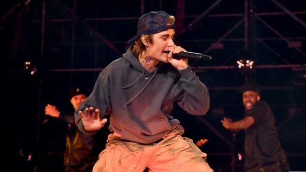 Justin Bieber es acusado de plagiar el logo de su nuevo disco