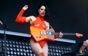 """Kirk Hammett reveló que St. Vincent es una """"heroína de la guitarra"""" en la actualidad"""