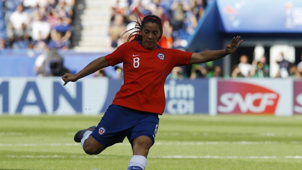 """El llamado de Karen Araya para mejorar el fútbol femenino en Chile: """"Sin el apoyo de los clubes, las jugadoras no podemos hacer mucho"""""""