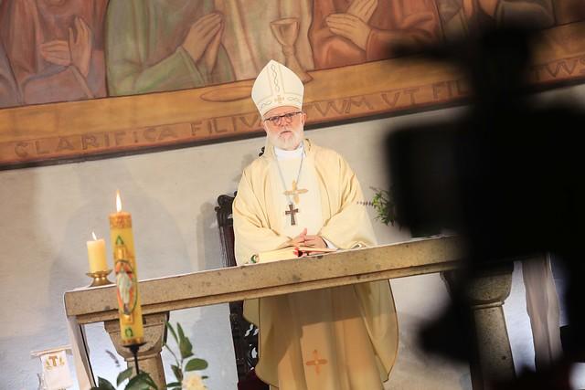"""Internan """"de manera preventiva"""" a cardenal Celestino Aós tras contagiarse de Covid-19"""