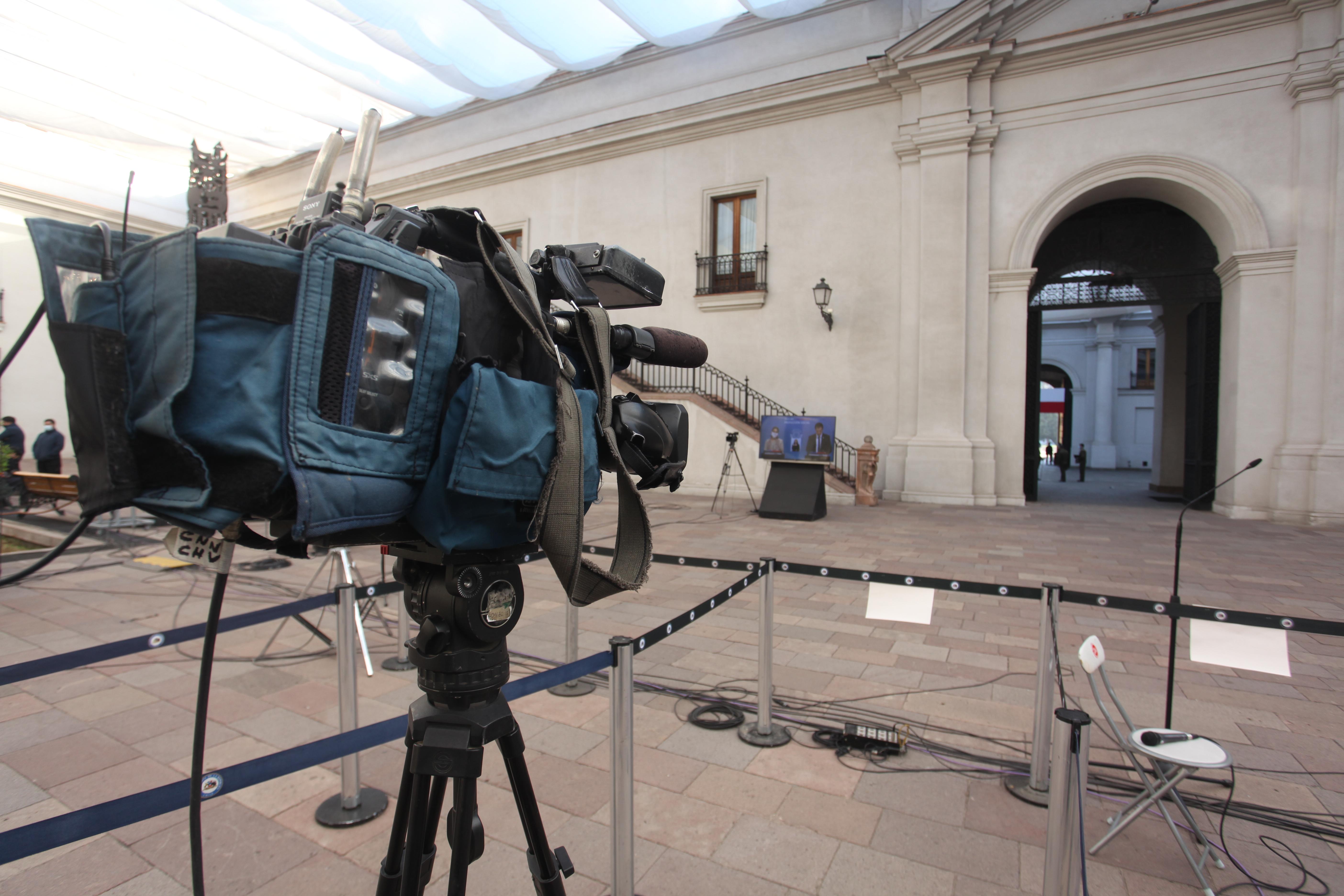 Espera de punto de prensa en La Moneda / Agencia Uno