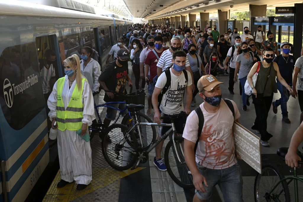 Los habitantes de Buenos Aires utilizan mascarillas en el transporte público