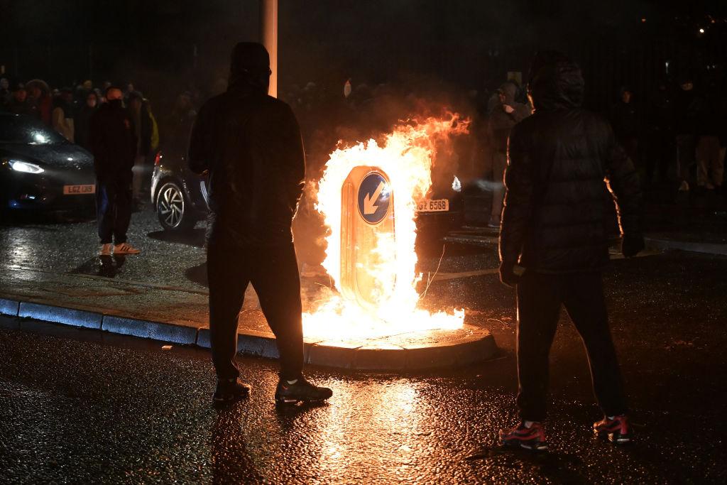 Manifestantes queman señalética en la ciudad de Belfast