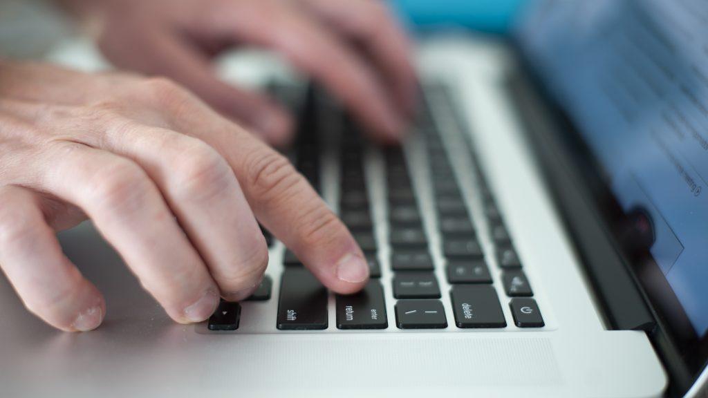 """Ciberseguridad en Chile: experto asegura que en nuestro país """"no tenemos educación digital"""""""