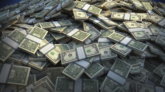 Valor del dólar cayó por debajo de los $700