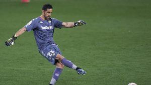 Con Claudio Bravo todo el partido, Real Betis enredó puntos ante Valencia en el fútbol español