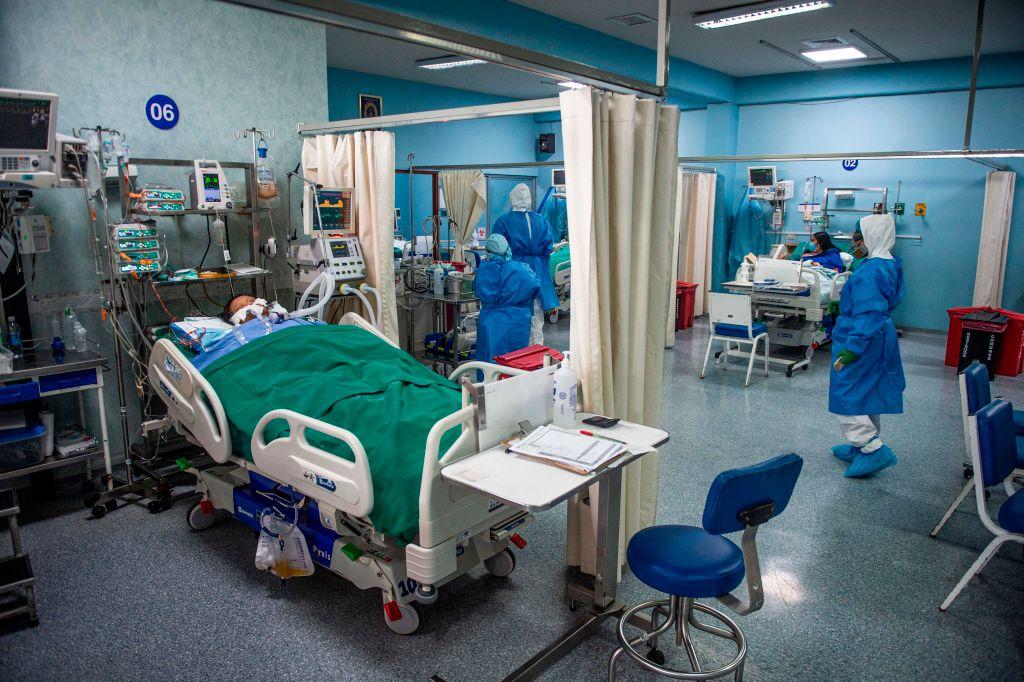 Trabajadores de la salud cuidan a pacientes Covid-19 en un hospital de Lima