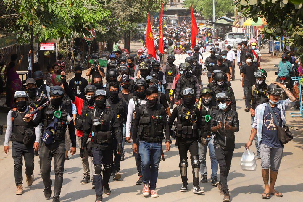 Rebeldes iniciaron ataques contra los militares que controlan la junta en Myanmar