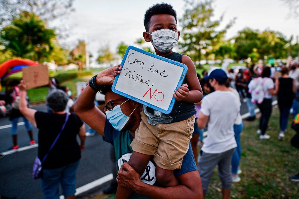 Un familia protesta contra los abusos a menores de edad en Ciudad de Panamá