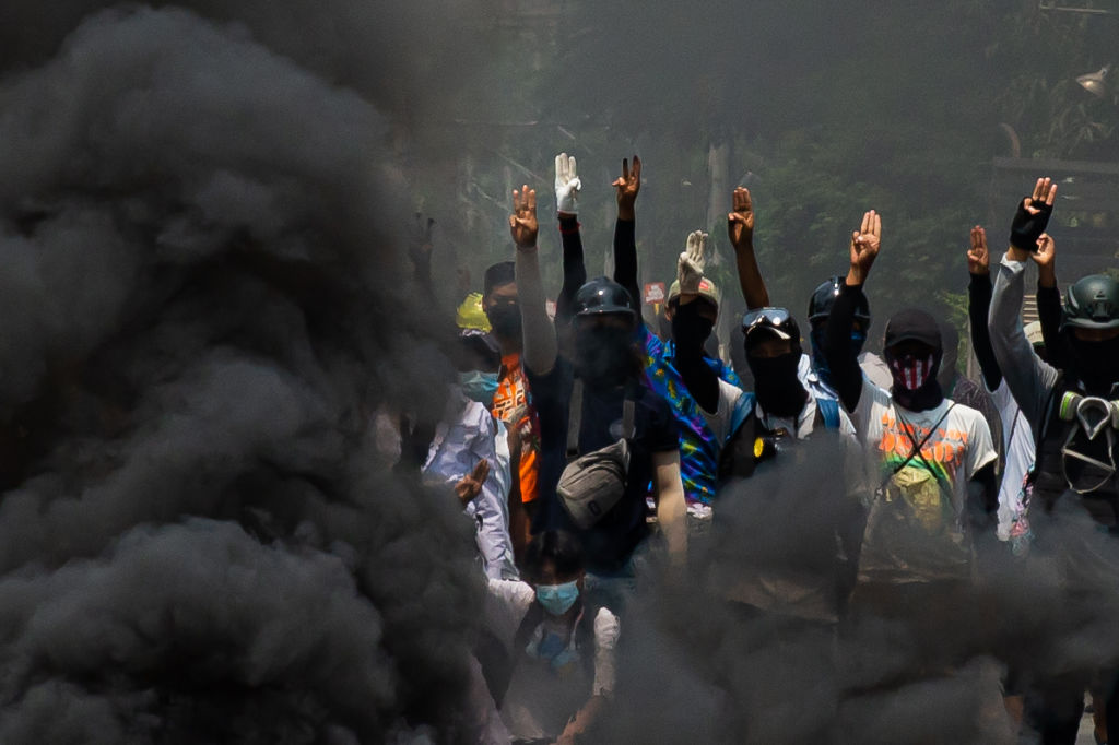 Manifestantes defienden una barricada contra los agentes de la dictadura en Rangún