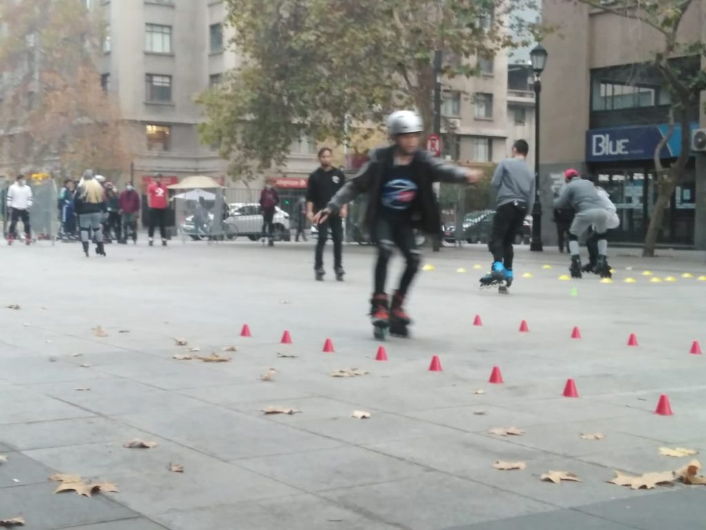 Grupo de patinadores aprovecha la franja deportiva para realizar clases de patinaje gratis
