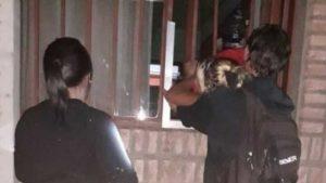Ladrona embarazada quedó atascada en una reja mientras asaltaba centro deportivo