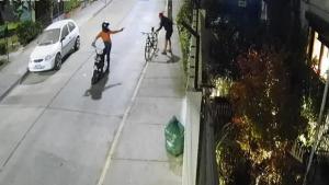Insólito asalto: ladrón robó billetera a ciclista en Providencia, la revisó y se la devolvió