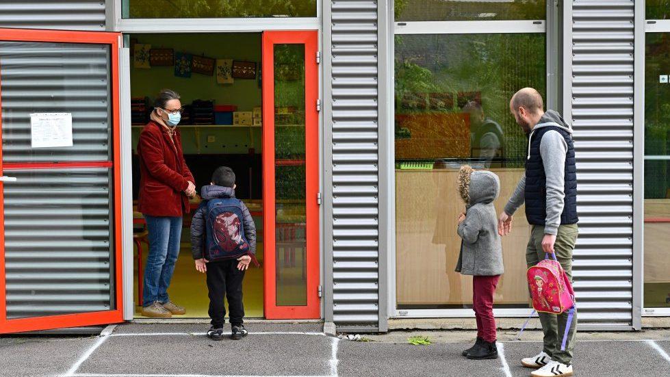 """""""Es un obstáculo"""": Gobierno francés prohibió el lenguaje inclusivo en colegios"""