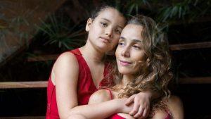 """""""Soy una madre arrepentida"""": Escritora brasileña generó debate en redes sociales en torno a la maternidad"""