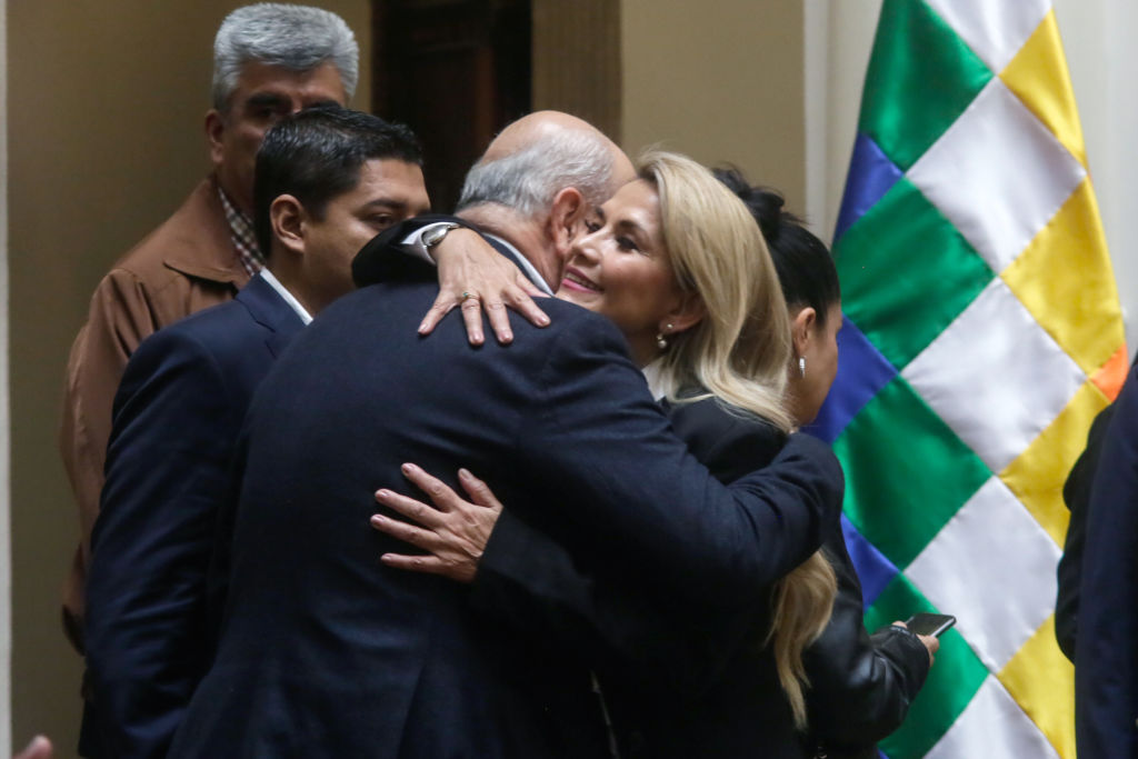Arturo Murillo abraza a Jeanine Añez en ceremonia en el Palacio Quemado