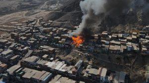 Al menos 20 viviendas afectadas: Bomberos de Antofagasta trabaja intensamente en controlar incendio en campamento