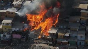 """Felipe Berríos sobre casas afectadas por incendio en campamento de Antofagasta: """"Es un milagro que no haya más"""""""