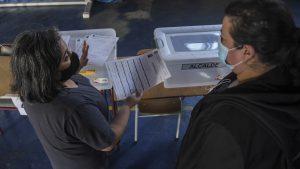 Diversas mesas del país comenzaron el conteo de votos de alcaldes por error: Había que partir por los constituyentes