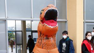 ¡No paran de llegar! Otro dinosaurio acudió a votar al Estadio Monumental