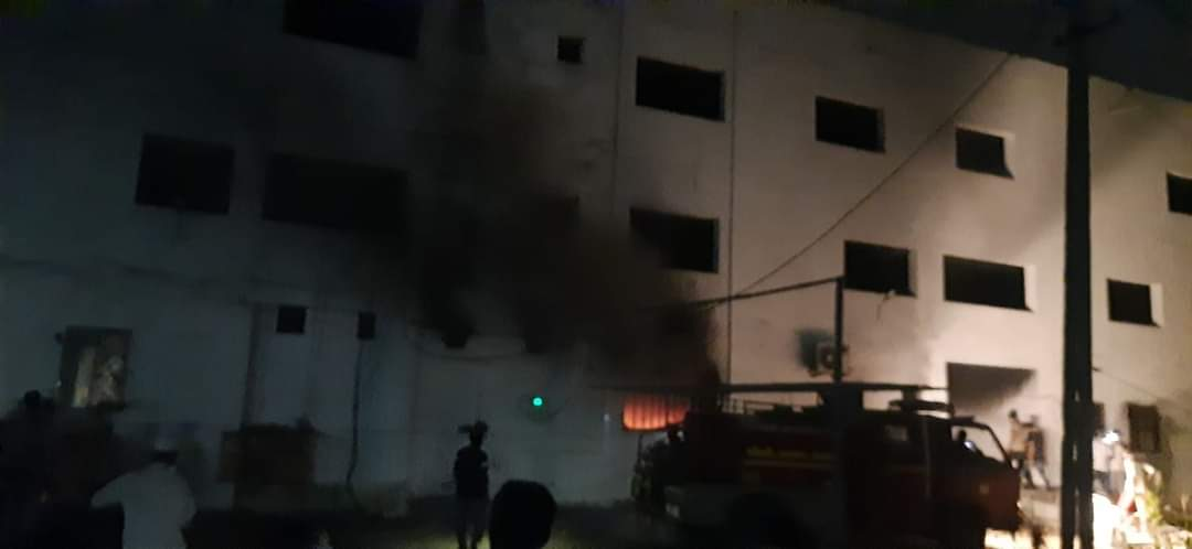 El fuego afecta al Hospital de Bharush del estado de Gujarat.