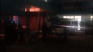 Insólito: Local de votación en Valparaíso se quedó sin luz y vocales tuvieron que hacer el conteo con linternas y luces de celulares