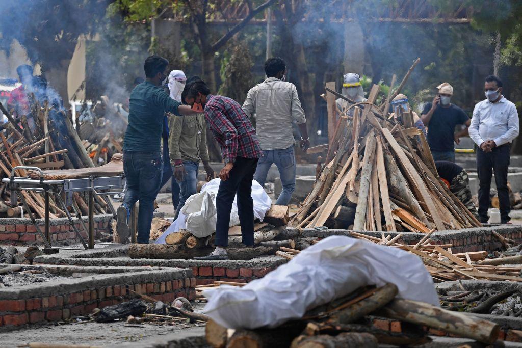 Cuerpos de Víctimas del Covid-19 esperan ser cremados en Nueva Delhi