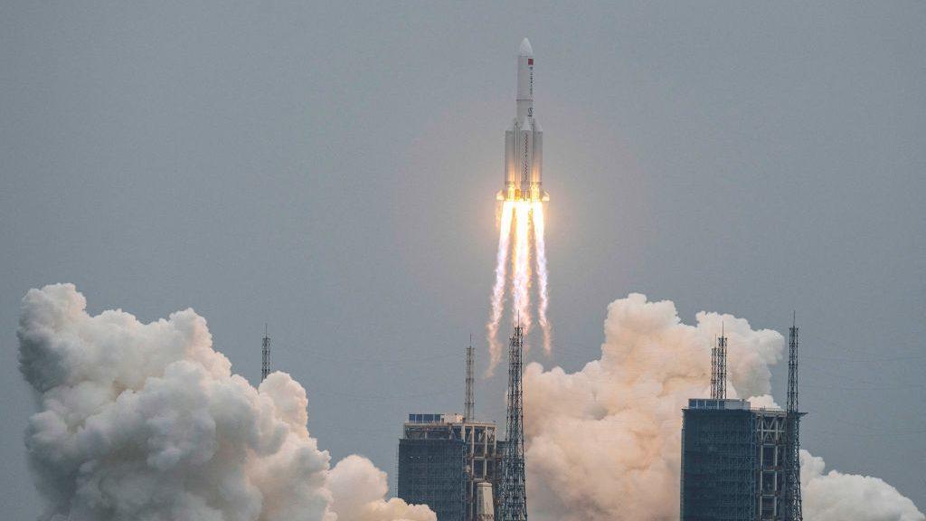 """¿Está Chile entre las posibilidades? Cohete chino con """"regreso no controlado"""" caerá a la Tierra"""