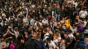 Fin del estado de alarma y el toque de queda: españoles celebran con fiestas y aglomeraciones en la calle