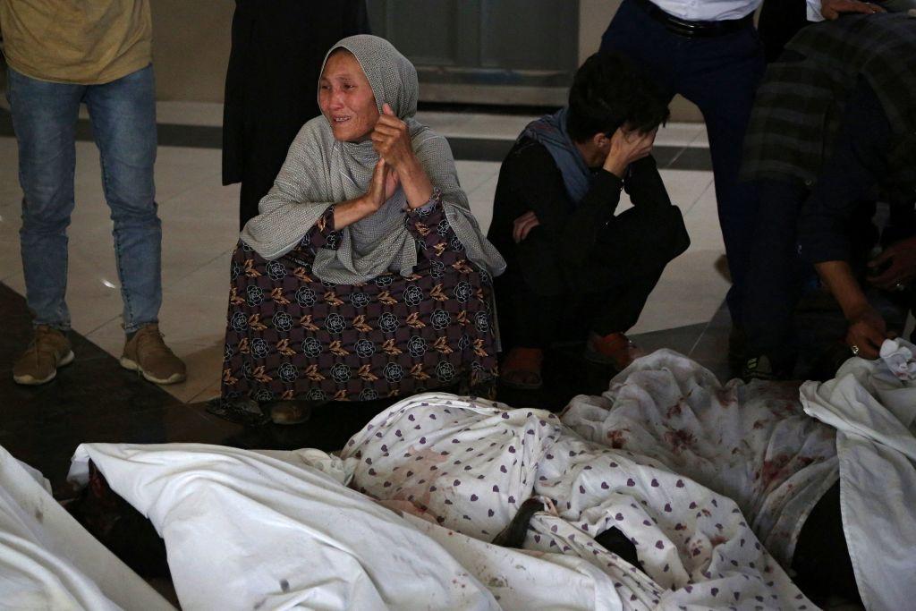 Familiares lloran junto a los cuerpos de los fallecidos en atentado en Kabul