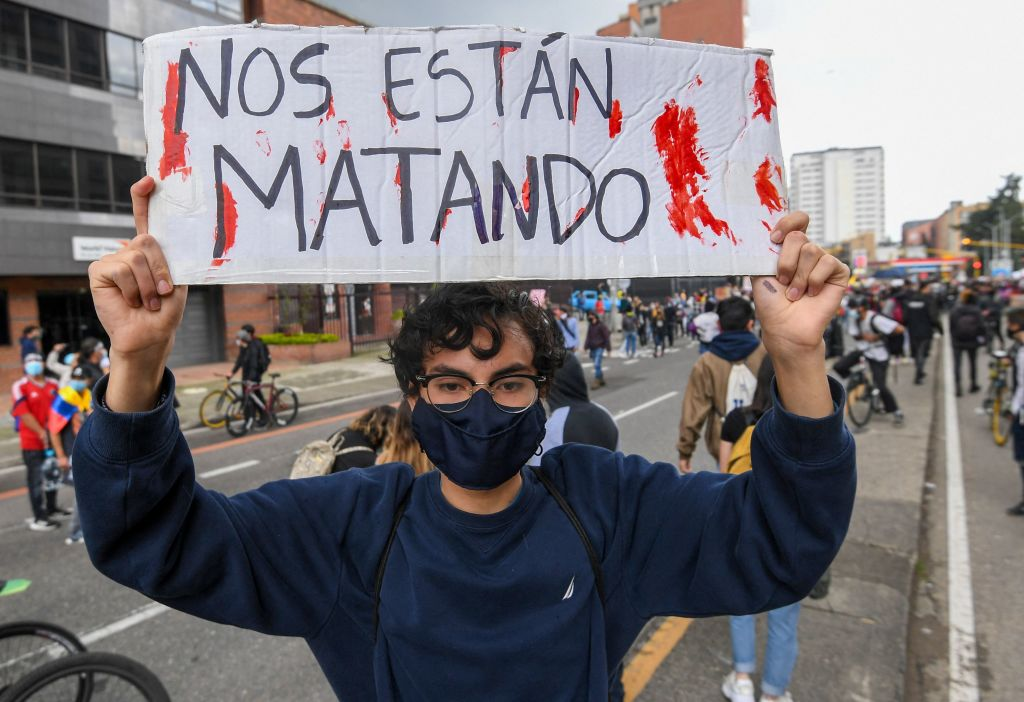 Manifestante denuncia la violenta represión estatal en Bogotá