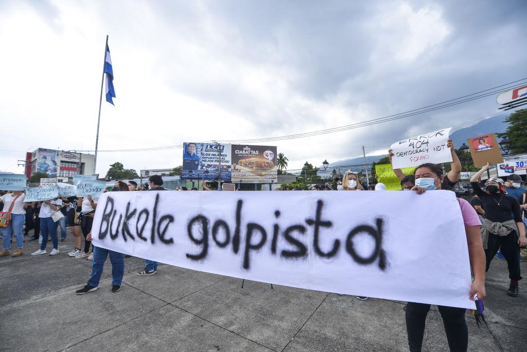 Manifestación en contra de lo últimos actos del régimen de Bukele en El Salvador
