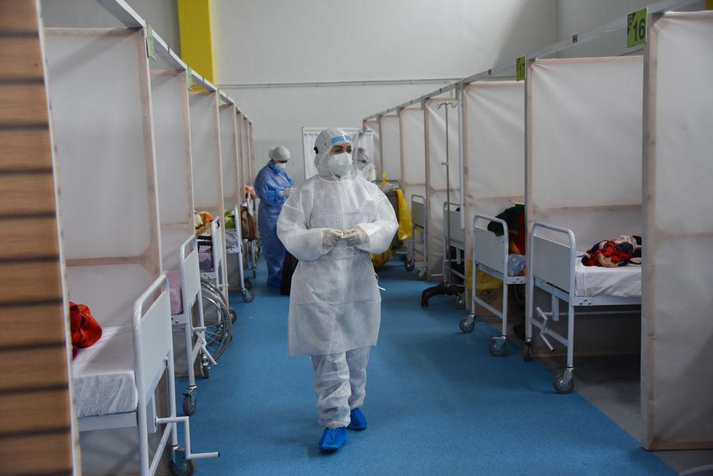 Un trabajador de la salud supervisa a pacientes del Covid-19 en Túnez