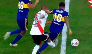 """La polémica del superclásico argentino: el foul en el gol de Boca y la """"patada de la venganza"""""""